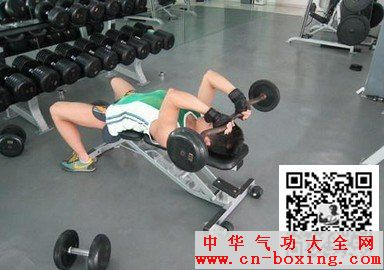 杠铃仰卧臂屈伸-肱三头肌锻炼方法(八)