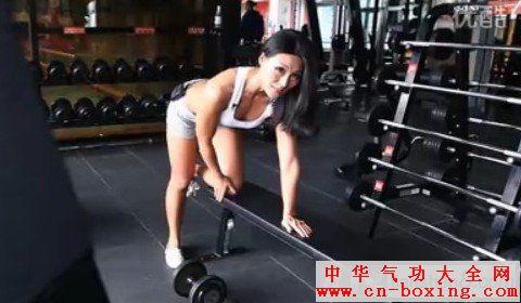 性感美女健身教练为你亲自示范