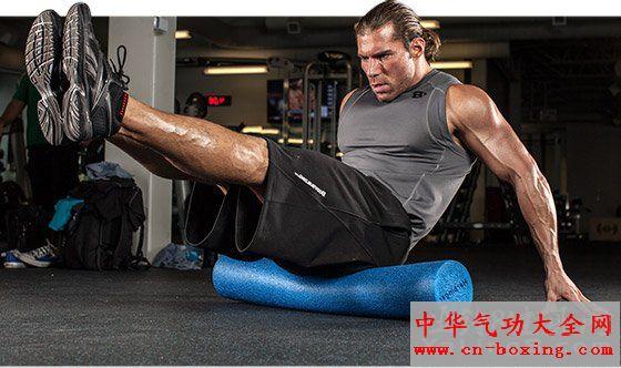 1.减少坐姿动作 大多数上班族和学生党已经坐的够多的了,上班要坐地铁,办公室或者教室里也得整天坐着,下了班下了课还要在电视电脑前坐着,你还想锻炼的时候坐着?做更多站姿训练动作能够改善由于过多时间坐着而造成的各种不适,还能够让更多的肌纤维参与到运动当中。 使用站姿训练的另一项优势在于,站立做动作相比坐着更不稳定,这意味着你的肌肉会受到更大的挑战。当你习惯了站姿动作之后再回到坐姿,你会发现你已经进步了很多,而以前做的那点重量也肯定无法满足你了。  2.