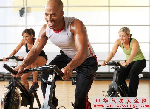 房的朋友应该知道健身房的动感单车很受健身爱好者的喜欢,特别是健身MM哦,动感单车就是现在健身房最流行也是最受欢迎的健身项目,很多上班一族都会很青睐这样的运动方式,都是因为动感单车的好处很多。   现在健身房里面动感单车是很受欢迎的一项运动,受到越来越多白领一族的青睐,每天陪着单车上的人高声呐喊,让他们在大汗淋漓的同时宣泄情绪。由于它的趣味性让很多人非常迷恋,那骑动感单车的好处有哪些呢?让我们一起跟随健身教练了解下动感单车的好处。    动感单车的好处:  1、首先动感单车可以巧妙地结合了节奏感极强的音乐、